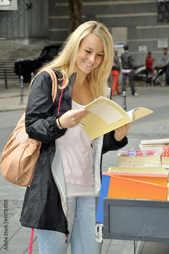 Junge Frau vor Bücherladen