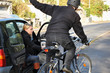 Leinwanddruck Bild - Autofahrerin gefährdet Radfahrer