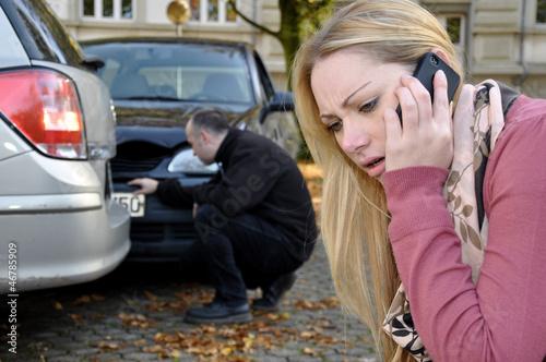 Frau telefoniert nach Autounfall