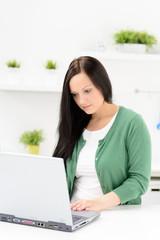studentin arbeitet von zuhause am laptop