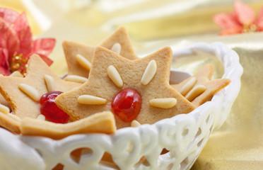 Weihnachtsplätzchen in der Keramikschale
