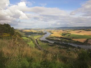 valle con rio Escocia
