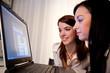 Junge Frauen beim Lernen eines Programms am Lapto