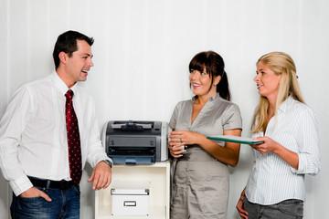 Gespräch unter Mitarbeitern im Büro