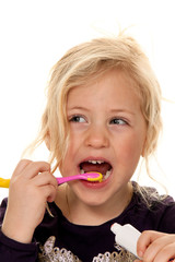 Kind beim Zähne putzen. Zahnbürste und Zahnpaste