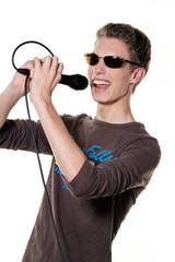 Junger Sänger mit Mikrofon