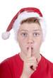 Junger Nikolaus mit Finger an den Lippen