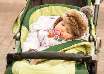 Ребенок спит в коляске