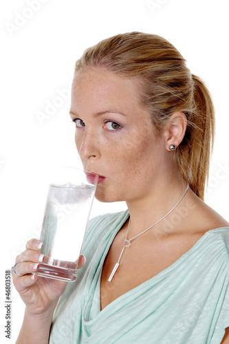 Frau trinkt ein Glas Wasser