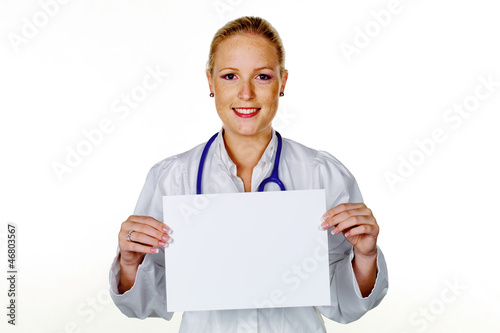 Ärztin mit Stethoskop und Schild