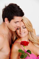 Paar im Bett mit Rose. Heiratsantrag