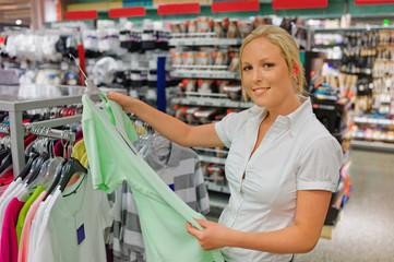 Frau beim Kauf von Bekleidung