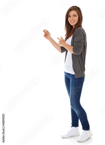 Fototapeta Attraktives Mädchen zeigt zur Seite