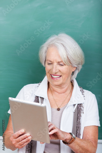 seniorin arbeitet mit tablet-pc