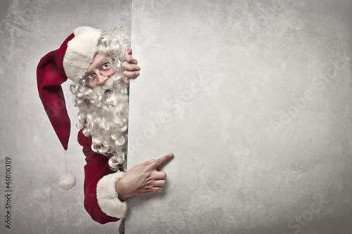 Pokazuje Świętego Mikołaja