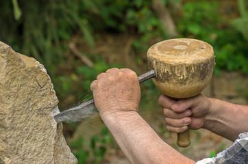 Bildhauer beim Bearbeiten einer Skulptur