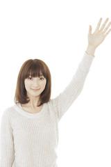 手をあげる女性