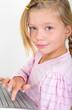 Kleines Mädchen mit Tastatur