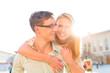 Glückliches Paar - Mann trägt Frau auf Rücken