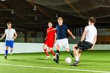 Mannschaft spielt Hallenfußball