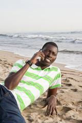 Hablando por el móvil en la playa.
