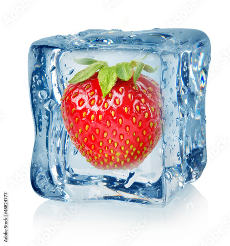 Ice cube and strawberry © Givaga