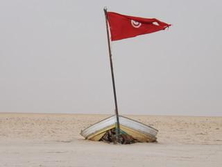 samotna łódź na pustyni solnej