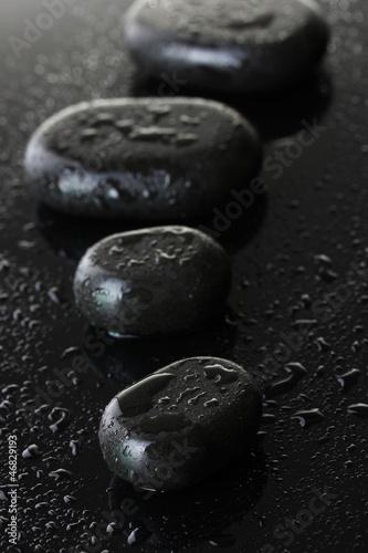 zdrojow-kamienie-z-kroplami-na-popielatym-tle
