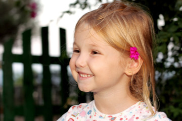 Bambina felice in giardino