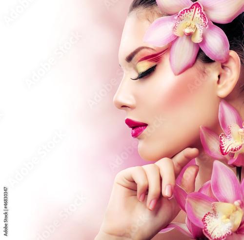 piekna-dziewczyna-z-kwiatami-orchidei-idealny-makijaz