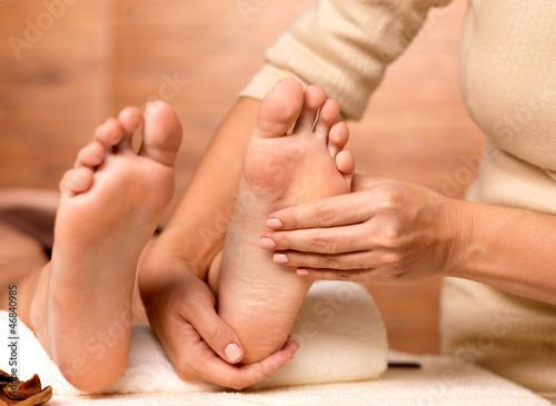 Masaż ludzkiej stopy w salonie spa