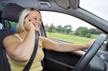 Junge Frau telefoniert im Auto