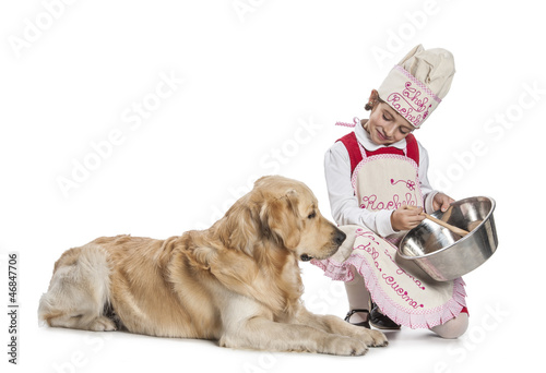 Bambina cucina per il cane