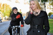 Junge Frau telefoniert auf Fahrradweg