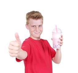 Junge mit Daumen hoch und Bubble Tea oder Milchshake