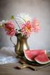 Stilleben mit Dahlien und Wassermelone