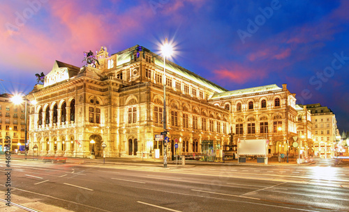 Staande foto Theater Vienna State Opera House at night, Austria, Theater
