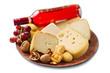 selezioni di formaggi su tagliere in legno