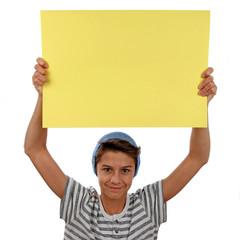 Junge trägt Plakat