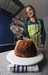 Frau in der Küche beim Kuchenbacken