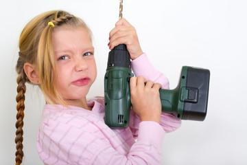 Mädchen mit Bohrmaschine