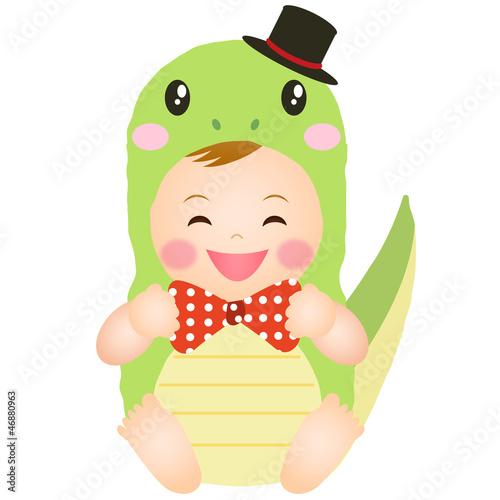 ヘビの着ぐるみを着た赤ちゃん