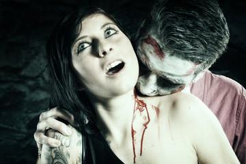 Zombie beißt Frau