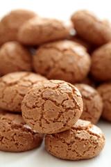 amaretti biscotti su sfondo bianco