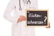 Arzt mit Schild - Rückenschmerzen