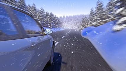 Auto Fahrt verschneite Straße im Wald in den Bergen