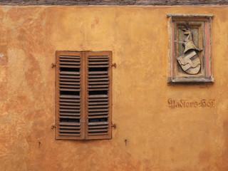 Hausfassade mit Wappen