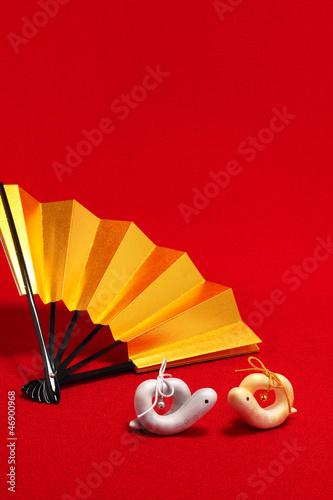 夫婦巳年の干支と金色の扇