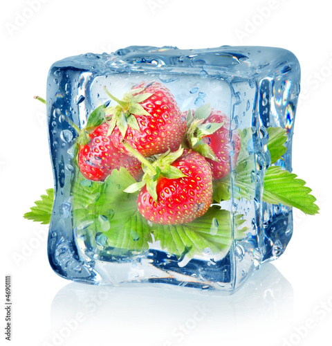 Ice cube and strawberry isolated © Givaga