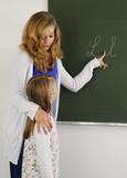 Lehrerin mit Schülerin an der Tafel